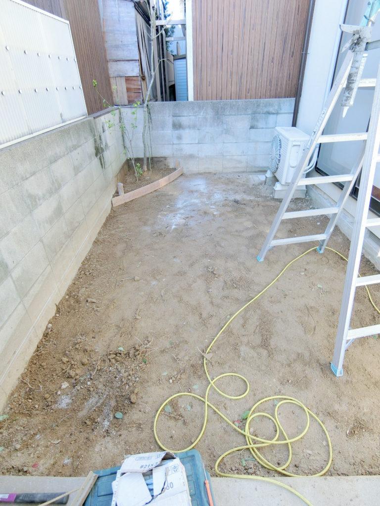 残土を取り除き、鋤取りを行い、ブロックに土間の勾配のラインを記した写真